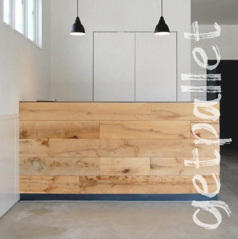 Стойка ресепшн с деревянным фасадом